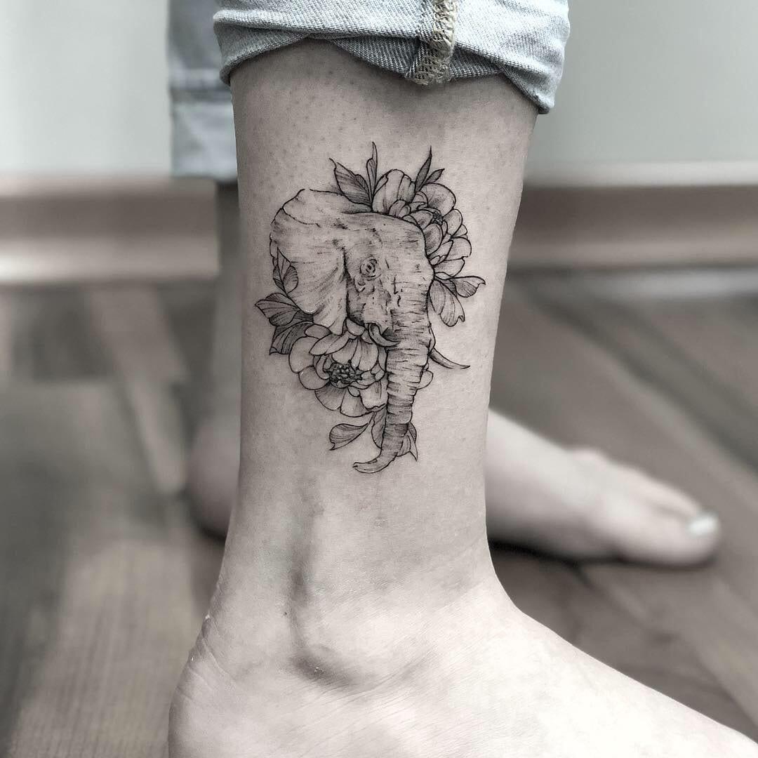 Tatuar flores em blackwork e fineline está em alta!