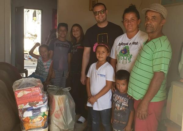 Médico arrecada cestas básicas para famílias em quarentena após atender paciente que passava fome